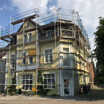 Dachdecker- und Malergerüst für ein historisches Gebäude