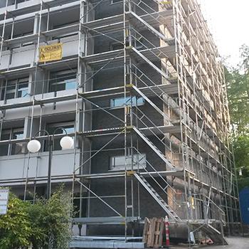 Gerüst mit Treppenaufgang für Dacharbeiten am Klink Bad Driburg