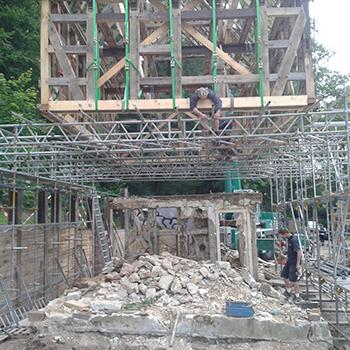 Tragerüst zum Ablegen von einem 16 Tonnen schweren Fachwerkhaus