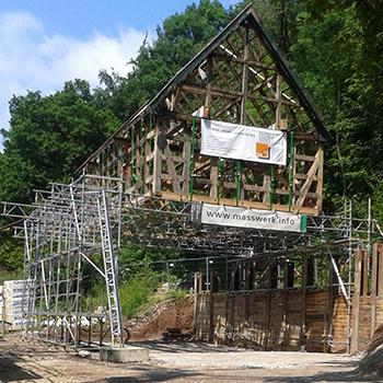 Traggerüst mit abgelegtem Fachwerkhaus