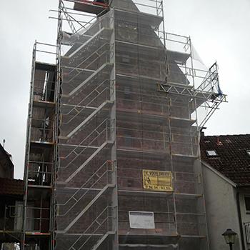 Gerüst mit vorgebauter Podesttreppe inkl. Handlauf für die Sanierung des Martinsturms in Blomberg mit Verkehrsduchfahrt