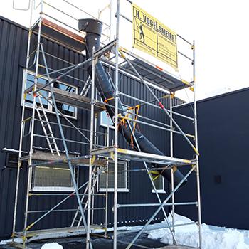 Gerüsterstellung mit Schneerutsche - zum Räumen von Flachdächern